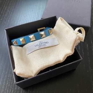 Säljer mitt fina valentino armband köpt på Nathalie Shuterman 2019 i en då tillfällig blå färg som inte säljs längre vilket gör armbandet lite unikt💞 obs bild tre visar mer hur färgen är i verkligheten