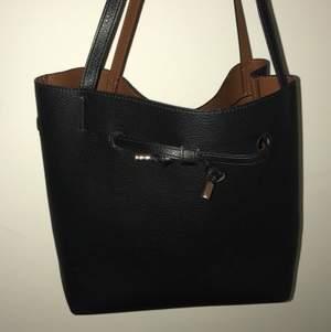 Väska från H&M med ficka inuti. Säljer för 125 kr + frakt 66kr? (är osäker på vad frakten kostar.