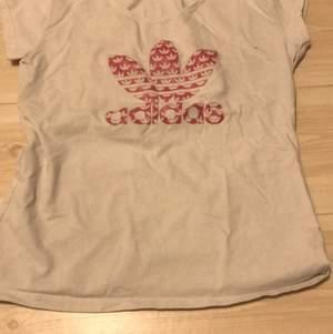 En addidas t-shirt med ett rosa addidas tryck