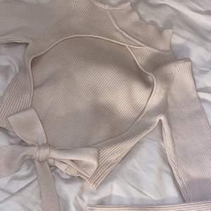 Oanvänd tröja från Zara. Väldigt skönt material och stretchig! Den har en snygg beich färg. Köparen står för frakten.
