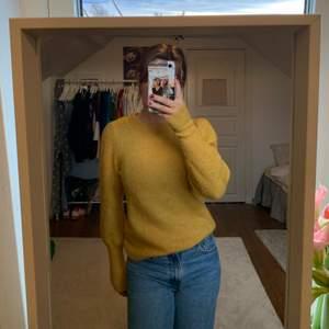 Super fin gul stickad tröja som är köpt från secondhand. Använd endast en gång! Verkligen så mysig och härligt material. (Kunden står för frakt-63kr)💕