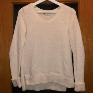 Säljer en fin stickad tröja från Hollister strl XS i bra skick. Den är lite nopprig därför säljs den billigt, men det syns inte på en bits avstånd. Hör av er vid frågor, betalning sker via swish. 😊