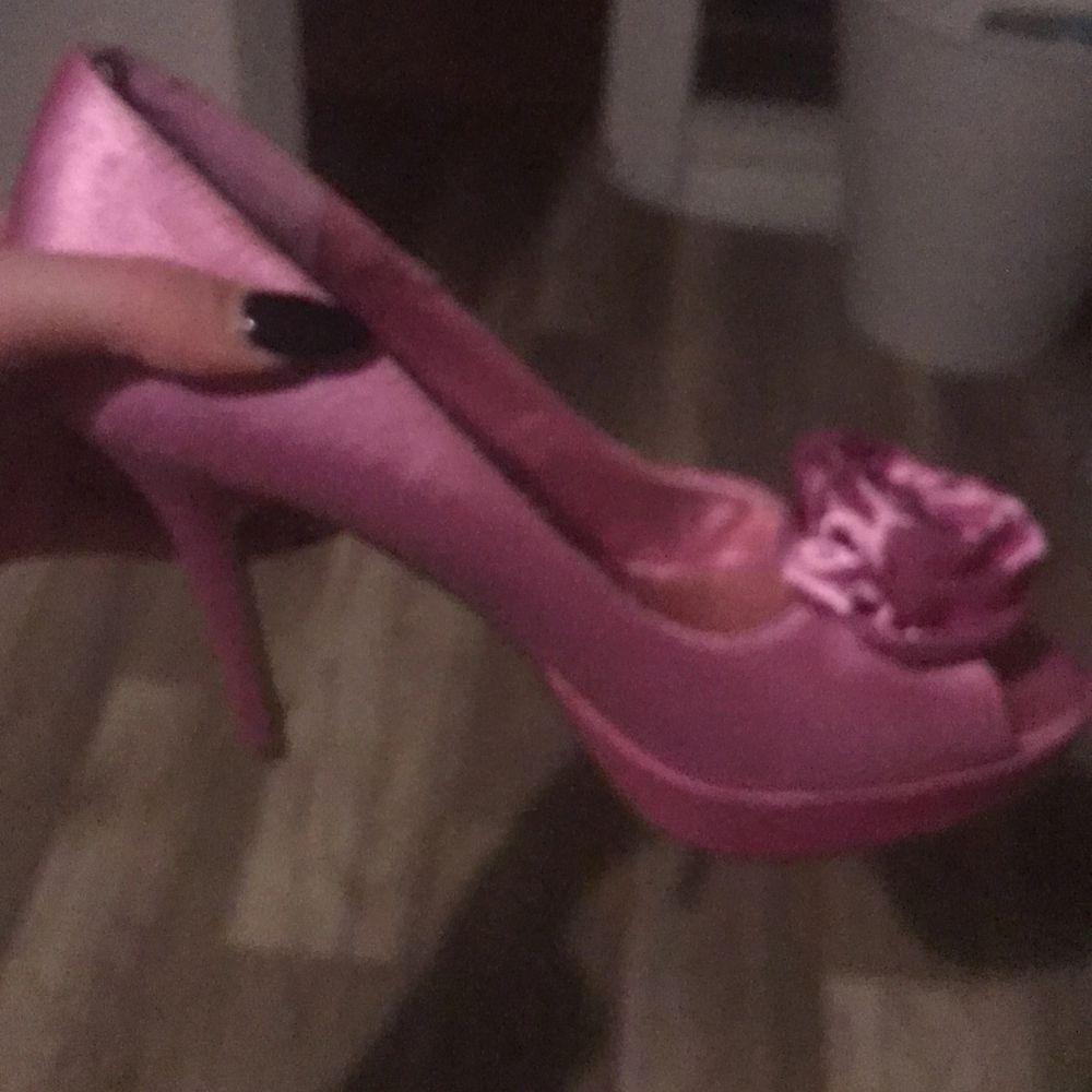 Rosa högklackade skor från Bianco footwear. Lite fransig i en söm men inget som kommer att synas om man klipper av trådarna. Köpt secondhand men aldrig använda av mig.                                                                             Storlek 37.                                                                                      Köparen står för frakt. . Skor.