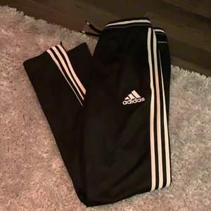 Adidas byxor från 13-14 år men passar mig som har S.