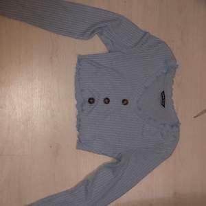 Det är en blå och mysig tröja men ganska tunn, perfekt till lite kallare sommarkvällar då man vill ha en långärmad. 😍 säljer den för 50kr och köparen står för frakten