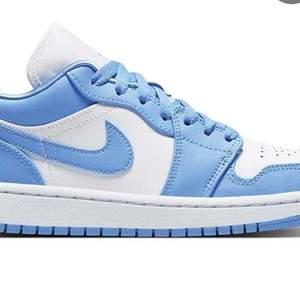 Hej hej, jag letar efter dem här skorna i storlek 38 - 38,5. Jag kan ge som högst 1600kr + stå för frakt. Kan också mötas upp i Örebro/Kumla.