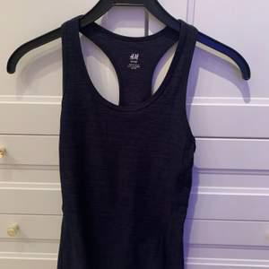 Ett mörkblått sport linne från H&M. 💙 Aldrig använt. Storlek XS. Säljer för 50 kr + frakt!! 💙