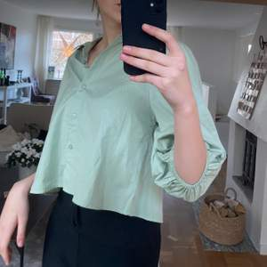 Fin kallgrön blus från ginatricot i storlek 38! Lite kortare modell och med puffärmar! Frakt tillkommer:)