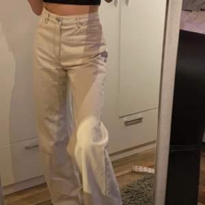 säljer mina jätte populära wide jeans från monki. jeansen är i  storlek 27 som är slutsålda på hemsidan. Säljer dessa pågrund av att de är förstora och därför är de oanvända. Nypriset är 400kr. Hör av dig till mig privat om du vill ha fler bilder eller diskutera priset :)