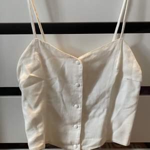 Snyggt linne med mönstrat tyg (bild 3) och stretchigt material i ryggen. Storlek uk 12 så skulle gissa på en medium. Pris + 45kr frakt, hör av er vid frågor! 🦋