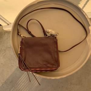 Väska från Wera säljes. Äkta skinn, inga skavanker eller liknande. Väldigt rymlig trots sin storlek.