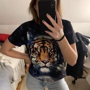 Jättesnygg t-shirt med ett lejon på. Storlek XS men jag har S och sitter bra på mig, så lär passa xs-m beroende på hur man vill att den sitter🥰