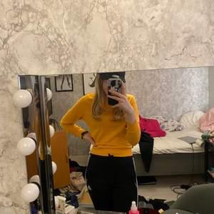 Supersnygg gul tröja i bra skick!! Ganska tunt material, sitter supersnyggt!! använder den tyvärr inte där av att jag säljer den är stilett XS men passar lätt en S