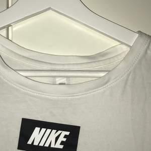 vit Nike t-shirt knappt använd 🤍 behöver strykas dock, syns på bilderna haha! bild 2 är bakifrån🤍