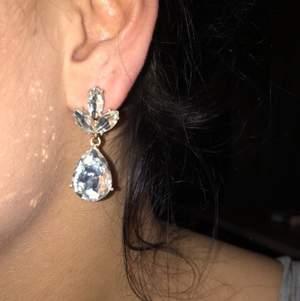"""Endast testade! Guld örhängen med """"kristall"""" Sten. Super fina enkla örhängen!"""