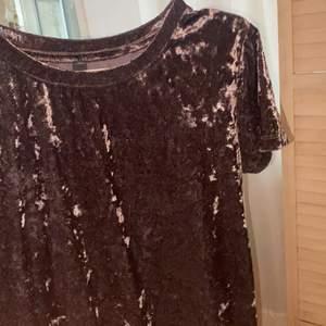 En grå T-shirt med grov sammet från SOYACONCEPT. Använd en gång. Köpte för 200kr. Storlek MEDIUM.