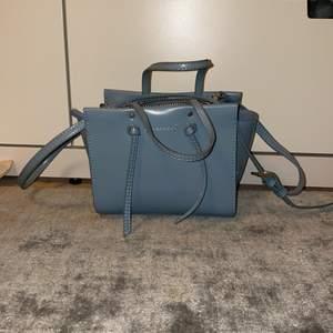 Säljer denna jättefina väska! Använt ungefär 2 gånger då jag är bekvämare med svarta väskor! Jättebra skick. Justerbart axelband!❤️ köparen står för frakten!