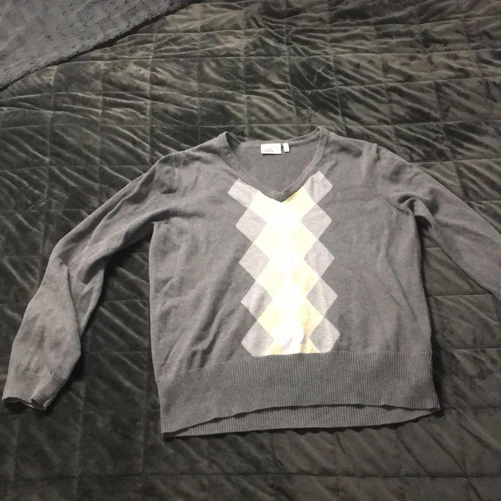 Stickad grå tröja med gula mönster, storlek XL men är liten skulle säga M. Inga deftekter . Tröjor & Koftor.