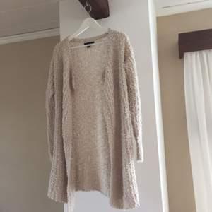 Mysig lång beige kofta från new yorker. Använd enstaka gånger. Jätteskön att ha på sig. Mkt bra skick! Köparen står för frakt (ca 40/50kr)
