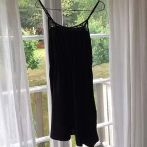 Enkel, svart klänning från H&M.