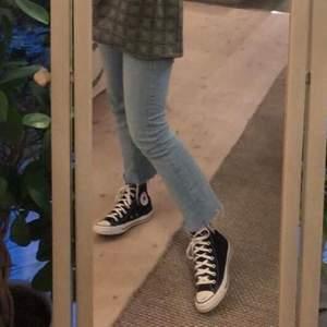 säljer dessa slutsålda jeans från zara i fint skick!!❤️köpare står för frakt✨säljer även alla andra plagg i bild 2,3 + jeansen i färg vit. skriv för mer info vid intresse!!