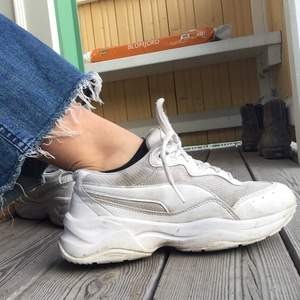 Snygga och bekväma sneakers med hög sula. Väl använda men fortfarande i mycket bra skick trots det! Ser ut som nya om man tvättar dom!