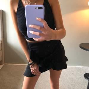 En svart tajt kjol med mjukt material som har en söt volang längst ner runt kjolen samt en volang på framsidan. Kjolen är i mycket bra skick. Passar bra som en festkjol med ett par coola strumpbyxor, eller om du ska på en middag men funkar också att ha till vardags💋💋💋💋 frakt 50kr