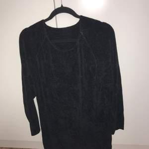 """Svart stickad tröja i mjukt """"tungt"""" material perfekt för höstväder. Oversized storlek 44. Aldrig använt bara legat i garderoben. Skick 8/10"""