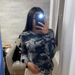 Långärmad kamouflage tröja ifrån madlady. Storlek xs. Väldigt mjuk