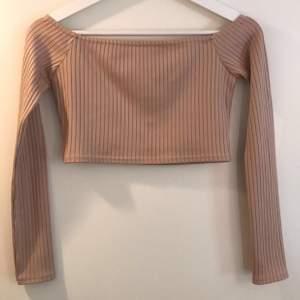 Croppad off shoulder tröja från Nelly i storlek XS!💕
