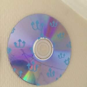 En cd skivad målad med blå ankare.