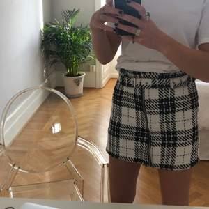 Rutig kjol med inbyggt skärp och dragkedja från Zara. Använd fåtal gånger.
