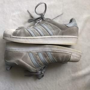 Adidas superstars. Helt ok skick det syns att dom är andvända, lite smutsiga och har lite fläckar.        Frakt tillkommer på 88 kr. Hör av dig vid frågor eller om du vill ha fler bilder 💓