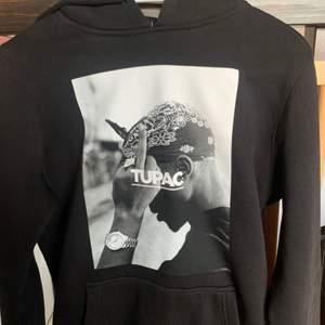 Supercool 2-pac hoodie med tryck i storlek xs. Hoodien har inga slitage alls, varken på trycket eller någon annan stans. Den är ej använd så mycket. Säljer då den ej kommer till användning. Köpt på Junkyard för 600kr