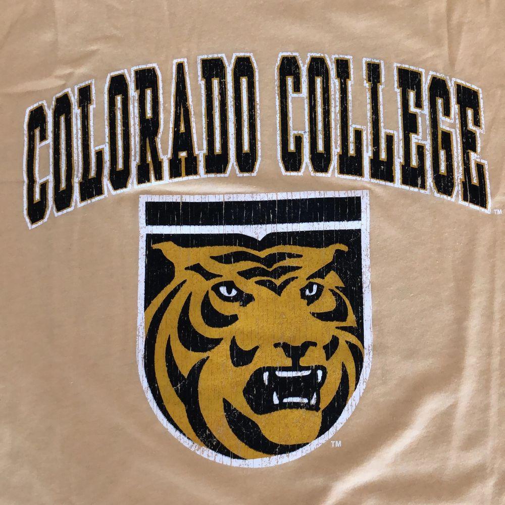 Säljer en vintage t-shirt från early 00's. Tröjan är från Colorado University. Tröjan är i riktigt bra skick och trycket har mycket crackings men enligt mig ger det bara en najs karaktär till tröjan. Tröjan är L och funkar både för dam som herr. Skulle säga att den passar tts herr och L/Xl dam. Funkar säkert najs oversized också. Det är bara att skriva om ni har någon mer fråga, läs gärna bio innan ni skriver!! 🌎💛. T-shirts.