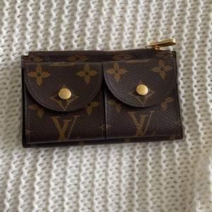 Jag säljer en äkta Louis Vuitton plånbok😘svår att få tag i🤩inga repor eller skador på produkten🙏🏾Ordinarie pris:1000 mitt pris:420🤩30kr frakt😍