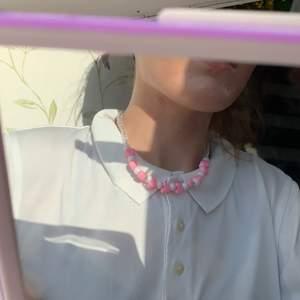 säljer denna fina 90s inspirerad halsband. har gjort det själv. köparen står för frakten 🤍💗💗