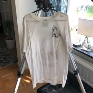 tshirt från urban outfitters, köpt i 2016 för 350kr! är i jättebra skick, graphicsen är kvar och crisp. nacken är lite stretchad men det märks inte när man har på den. den är även väldigt luftig!