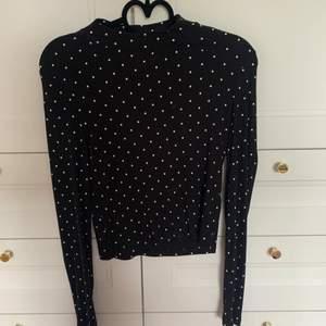 En fin svart tröja med vita prickar på från H&M, ganska tunn och ribbad, använd ca 3-5 gånger. Storlek S 🥰. Säljer för 55 kr + frakt 🖤