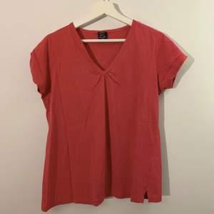 klarröd t-shirt med fin v-ringning! köpt på second hand!
