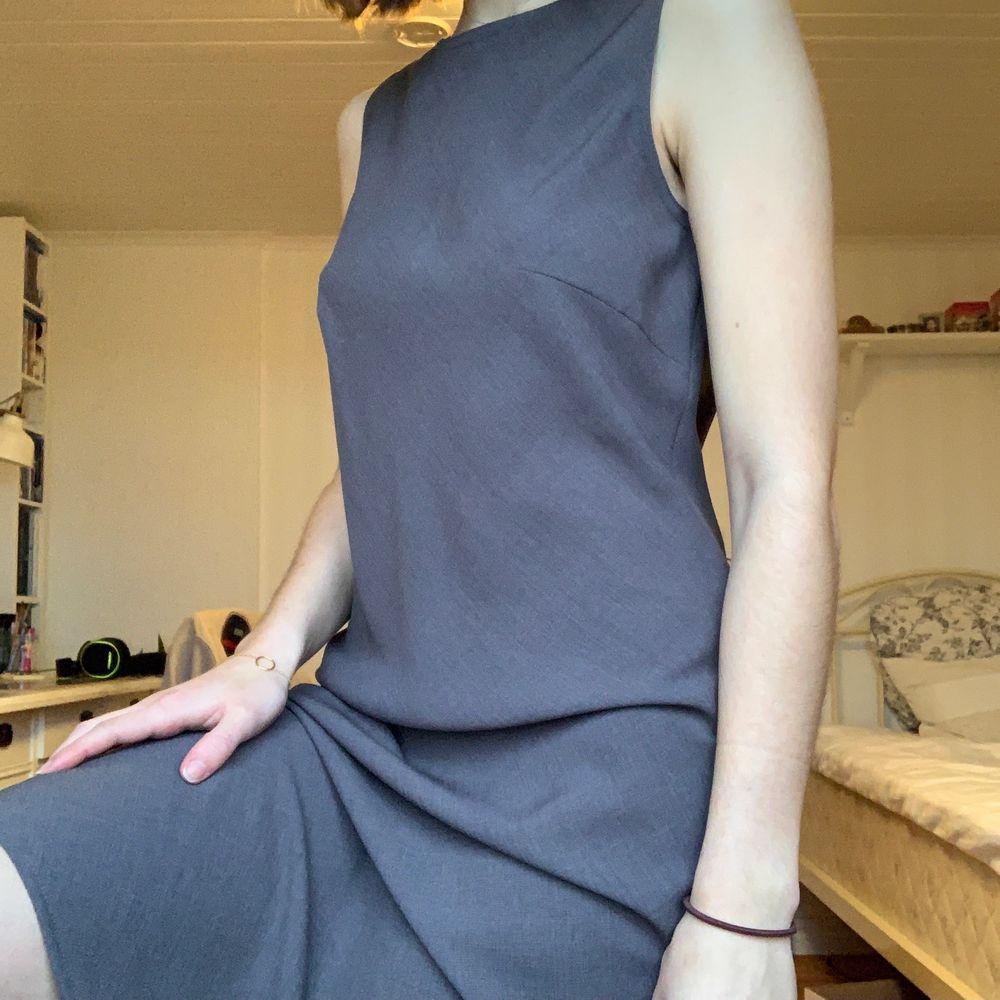 Galet snygg klänning som är sparsamt använd och skulle passa perfekt med exempelvis ett bälte. Materialet är jätte fint. Swipa för fler bilder eller skicka frågor💛. Klänningar.