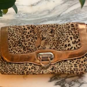 jättefin leopard handväska som jag köpte på humana i malmö, den kostade 250kr. jag har aldrig använt den men den är verkligen jättefin, den har inga problem med dragkedjor eller något sånt, budgivning i kommentarerna💕🙏🏻