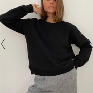 Säljer den här svarta sweatshirten från Nakd, storlek XXS men sitter som en XS. Nypris 269kr men vill ha 80kr för den🖤