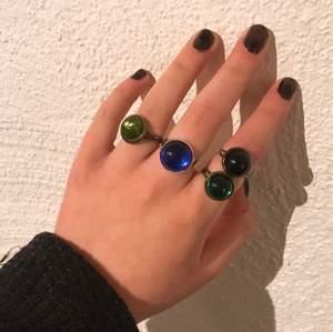"""Superfina justerbara ringar med glas-stenar 🧷🍂 Fri frakt vid köp av mer än en 🦔 Välj mellan:                  * dark sapphire 🧿 (2st kvar)                                       * green emerald 🌱 (❗️ OUT OF STOCK ❗️)                                           * opaque black 🎱 (❗️ OUT OF STOCK ❗️)                                        * olive green 🐉 (❗️OUT OF STOCK ❗️)              Ringar med stenen """"dark sapphire"""" har en silverfärgad ringbas ⛓👽 På resten (""""green emerald"""", """"opaque black"""" och """"olive green"""" går det även att välja färg på ringens bas !! Välj mellan silver och bronze 🔮🧷"""