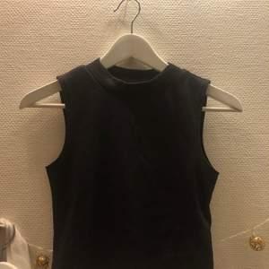 Polo tröja utan armar. Alldrig använd jätte fin verkligen. Säljer pgr av att den inte kommer till användning.