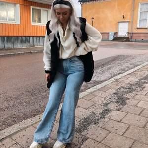 Säljer nu ett par supersnygga vida jeans från Gina i stl 36. Dom är stumma och rejäla i materialet. Köpte dom för 600kr och säljer dom för 400kr inklusive frakt. Använda 2-3gånger. 💗