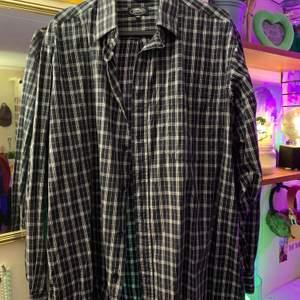 jättefin svart och vit rutig skjorta i nyskick!