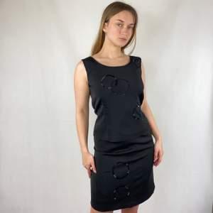 En kjol och en topp som bildar ett det. Storlek 36. I toppenskick, från märker Office Girl. Väldigt 90-tal. I tjock,bra kvalitet. SafePay knappen är aktiverad så det går att köpa direkt utan att behöva meddela! Tar annars swish! Använder helst Safepay då det blir säkrare för båda (Safepay tar 10% av betalningen och spårbar frakt på 66kr är inräknad i priset) Om du lägger upp en Instagrambild på ditt köp så får du gärna tagga @thewearbones för att bli featured 🧚🏼🥂 (Skriv gärna om du har eventuella frågor!)