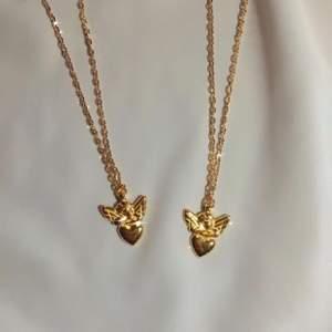 ängel med hjärta halsband👼🏼💖 49:- + frakt 11 kr ♡ - ängelhänge - guldfärgad kedja ca 40 cm - förlängning ♡ - beställ via celestesmycken.etsy.com - instagram @celestesmycken 🤍✨ ♡ #smycken #halsband #ängel #angel