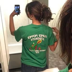 Snygg T-shirt köpt i Palma. Jätte fin och härlig grön färg! Kontakta för mer info💚 BUDGIVNING I KOMENTARERNA! Avslutas på torsdag💚